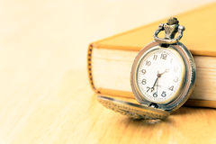 Reloj y libro viejos de bolsillo Imágenes de archivo libres de regalías