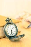 Reloj y libro viejos de bolsillo Fotografía de archivo libre de regalías