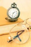 Reloj y libro viejos de bolsillo Imagen de archivo