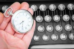 Reloj y máquina de escribir foto de archivo