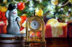 Reloj y muñeco de nieve del vintage Fotografía de archivo