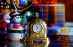 Reloj y muñeco de nieve del vintage Imagenes de archivo