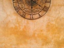 Reloj y pared de piedra Foto de archivo libre de regalías
