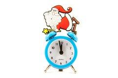 Reloj y Santa Claus en un fondo blanco Imagen de archivo libre de regalías
