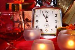 Reloj y velas de la Navidad Decoración del ` s del Año Nuevo con las cajas de regalo, las bolas de la Navidad y el árbol Concepto Imagenes de archivo