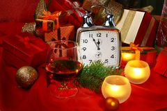 Reloj y velas de la Navidad Decoración del ` s del Año Nuevo con las cajas de regalo, las bolas de la Navidad y el árbol Concepto Foto de archivo libre de regalías