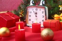 Reloj y velas del vintage de la Navidad Decoración del ` s del Año Nuevo con las cajas de regalo, las bolas de la Navidad y el ár Imágenes de archivo libres de regalías