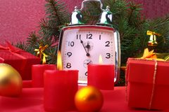 Reloj y velas del vintage de la Navidad Decoración del ` s del Año Nuevo con las cajas de regalo, las bolas de la Navidad y el ár Foto de archivo
