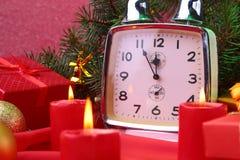 Reloj y velas del vintage de la Navidad Decoración del ` s del Año Nuevo con las cajas de regalo, las bolas de la Navidad y el ár Imagen de archivo