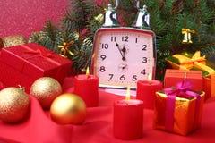 Reloj y velas del vintage de la Navidad Decoración del ` s del Año Nuevo con las cajas de regalo, las bolas de la Navidad y el ár Imagenes de archivo