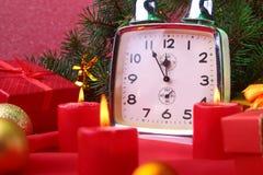 Reloj y velas del vintage de la Navidad Decoración del ` s del Año Nuevo con las cajas de regalo, las bolas de la Navidad y el ár Imagen de archivo libre de regalías