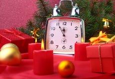 Reloj y velas del vintage de la Navidad Decoración del ` s del Año Nuevo con las cajas de regalo, las bolas de la Navidad y el ár Fotografía de archivo