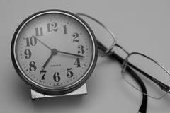 Reloj y vidrios antiguos Imagen de archivo libre de regalías