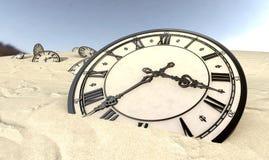 Relojes antiguos en primer de la arena del desierto Fotografía de archivo libre de regalías