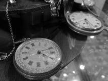 Relojes clásicos del bolsillo del vintage en blanco y negro Fotografía de archivo