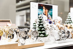 Relojes costosos para la venta en tienda de lujo Foto de archivo libre de regalías