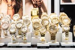 Relojes costosos para la venta en tienda de lujo Fotografía de archivo libre de regalías