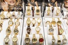 Relojes costosos para la venta en tienda de lujo Imágenes de archivo libres de regalías