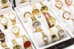 Relojes costosos para la venta en tienda de lujo Fotos de archivo libres de regalías