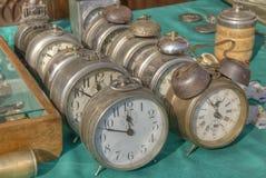 Relojes de alarma antiguos coloridos viejos. Fotografía de archivo