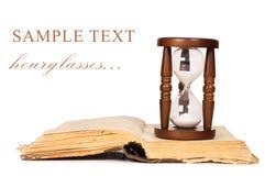 Relojes de arena y libro Fotografía de archivo libre de regalías