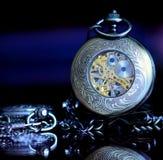 Relojes de bolsillo viejos sobre un vidrio Foto de archivo