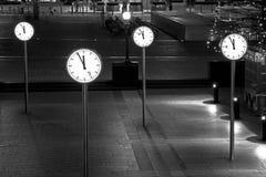 Relojes de Canary Wharf por noche, Londres, Reino Unido Imagen de archivo