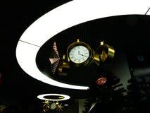 Relojes de la Navidad en el círculo ligero imagen de archivo