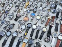 Relojes de la segunda mano para la venta en un mercado de pulgas Imágenes de archivo libres de regalías