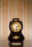 Relojes de la vendimia en fondo del papel pintado Imagen de archivo
