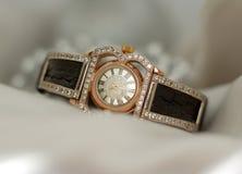 Relojes de oro viejos hermosos del vintage con las piedras de gema chispeantes en un fondo suave del bokeh Fotografía de archivo libre de regalías