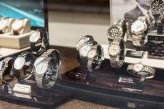 Relojes del lujo para la venta en la exhibición de la ventana de la tienda Imágenes de archivo libres de regalías