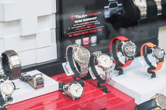 Relojes del lujo para la venta en la exhibición de la ventana de la tienda Imagen de archivo libre de regalías