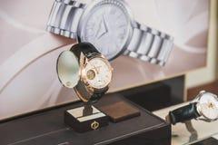 Relojes del lujo para la venta en la exhibición de la ventana de la tienda Fotos de archivo