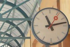 Relojes en la estación Imágenes de archivo libres de regalías
