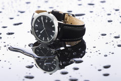 Relojes en un acrílico ligero del fondo fotos de archivo libres de regalías