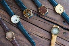 Relojes en una tabla de madera Foto de archivo