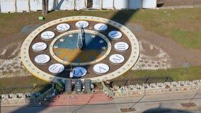 Relojes enormes en el aire abierto hecho de flores en el cuadrado principal de la independencia en Kiev como símbolo de la eterni