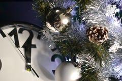 Relojes, juguetes y árbol de navidad Imagen de archivo libre de regalías