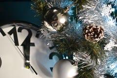 Relojes, juguetes y árbol de navidad Imágenes de archivo libres de regalías