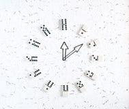 Relojes mecánicos, dominós Imagenes de archivo