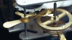 Relojes mecánicos giratorios de los engranajes Reloj de péndulo 4K metrajes