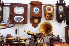 Relojes viejos de la pared justa del mercado de las antigüedades Imágenes de archivo libres de regalías