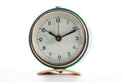 Relojes viejos del vintage en el fondo blanco aislado fotos de archivo