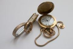 Relojes y anillo pasados de moda Fotos de archivo
