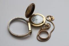 Relojes y anillo pasados de moda Foto de archivo libre de regalías