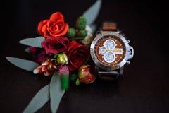 Relojes y boutonniere elegantes del ` s de los hombres Fotos de archivo libres de regalías