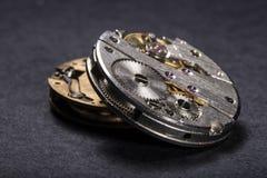 Relojes y engranajes imagenes de archivo