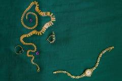 Relojes y joyería de oro del ` s de las mujeres imagen de archivo libre de regalías