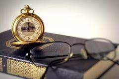 Relojes y libro antiguos foto de archivo libre de regalías